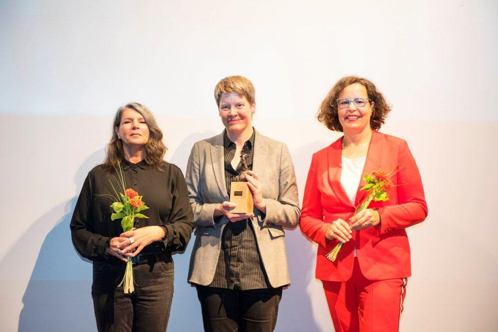 Pamela Cohn und Stefanie Görtz von der Internationalen Jury mit Festivalleiterin Andrea Kuhn, die den Hauptpreis stellvertretend für Regisseurin Beatriz Seigner entgegen nahm.
